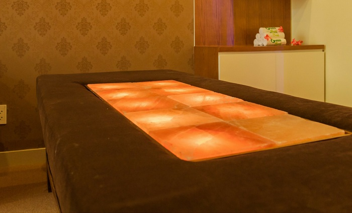 Giường đá muối massage